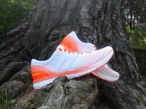 Las zapatillas Adizero Boston 6, en la media suela, esta integrada la tecnología Boost, que se encarga de lo que tiene que ver con la amortiguación y la respuesta. Además, esta integrada también la EVA, que en esta zapatilla es de color naranja, esta se encarga de poner el punto de estabilidad en la mezcla.