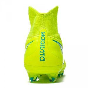 Nike Magista Orden II presenta una malla en el interior de la bota que ofrece un extra de confort y un mejor ajuste. La plantilla antideslizante es completamente extraíble y evita movimientos resbaladizos en el interior.